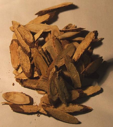 پودر شیرین بیان از آسیاب کردن ریشه این گیاه به دست می آید.