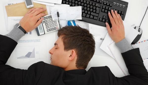فردی که دچار سندرم خستگی مزمن است