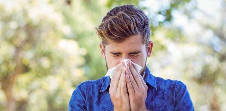 تصویر فردی که دچار آلرژی تابستانی شده است